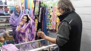 Henning verhandelt den Preis in einem Fachgeschäft für angemessene Damenbekleidung